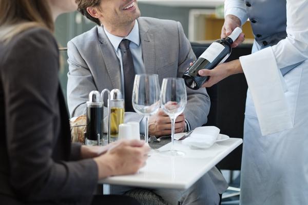 ワインをすすめられる男性客