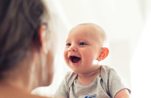 医師監修 生後5ヶ月の赤ちゃんの発育目安 寝返りサインと離乳食の