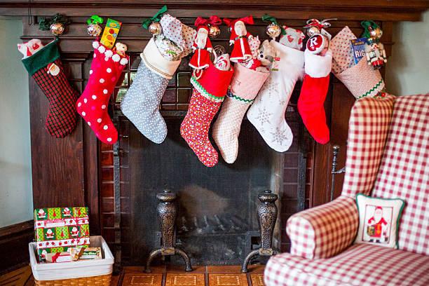 クリスマスのプレゼントを入れる物といったら、靴下を思い浮かべる方が多いのではないでしょうか。クリスマスになぜ靴下が登場するのか解説していきます。